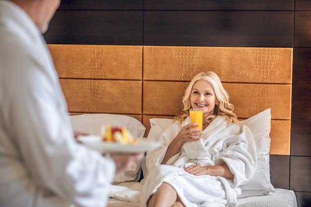 甘い朝。妻に朝食を持ってくる男