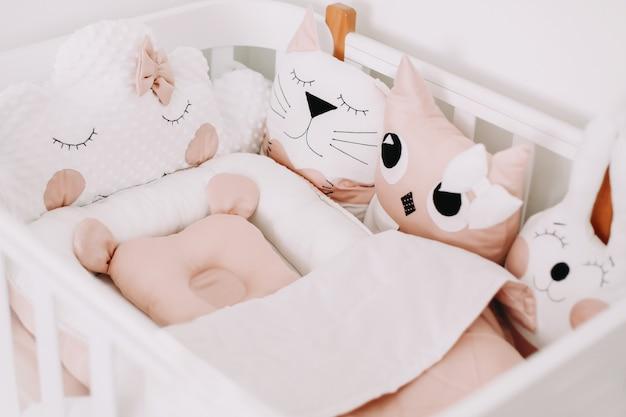 女の赤ちゃんのための甘い保育室の装飾