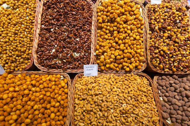 スペイン市場での甘いナッツ