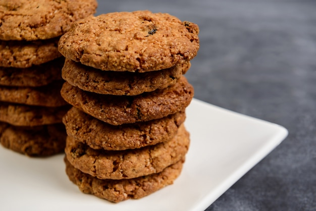 プレートの甘いオートミールクッキー