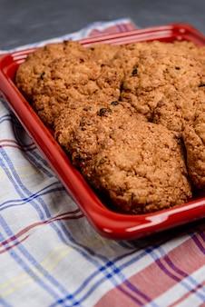 赤いトレイに甘いオートミールクッキー