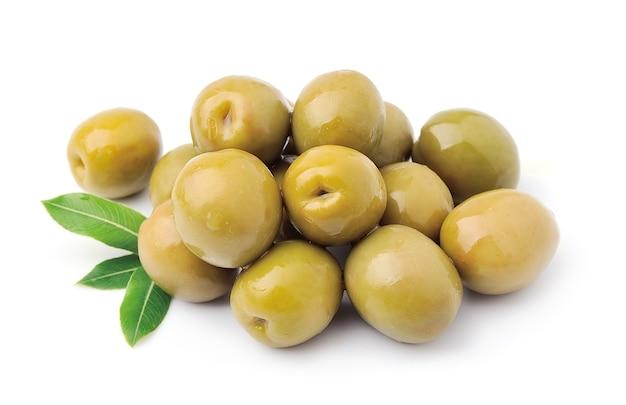 Сладкие оливки с листьями крупным планом