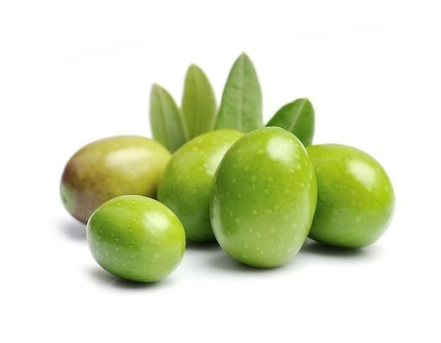 Сладкие оливки с изолированными листьями.