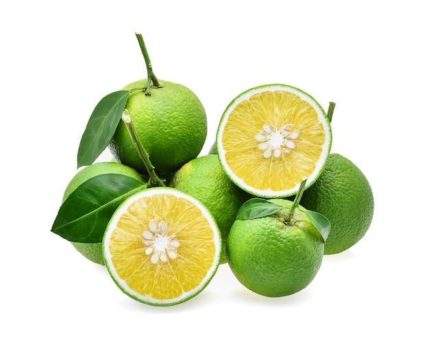 Сладкий апельсин (citrus medica linn), изолированные на белом фоне