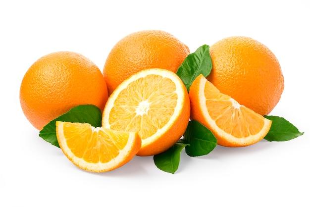 Сладкий апельсин с листьями на белом
