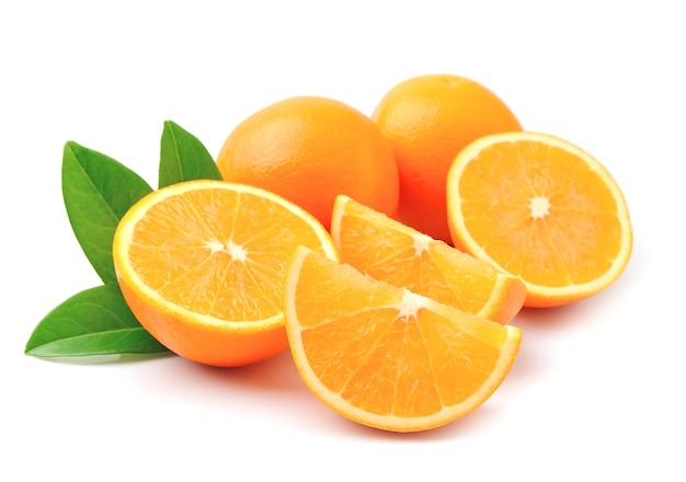Сладкий апельсин с листьями