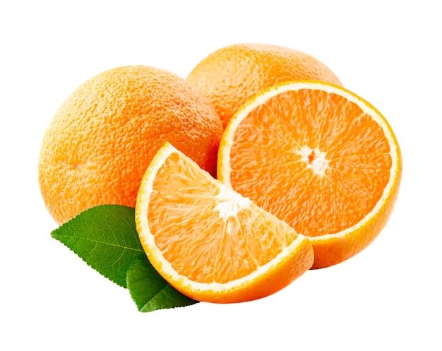 Сладкие апельсины плоды с листьями на белом фоне.