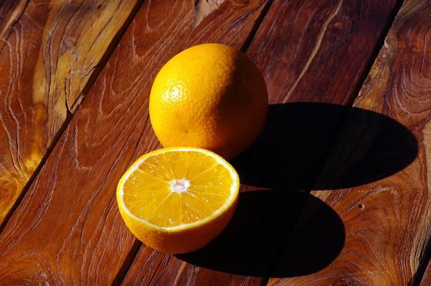 Сладкие апельсины на столе из тикового дерева
