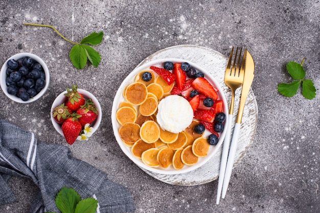 딸기와 달콤한 팬케이크 시리얼