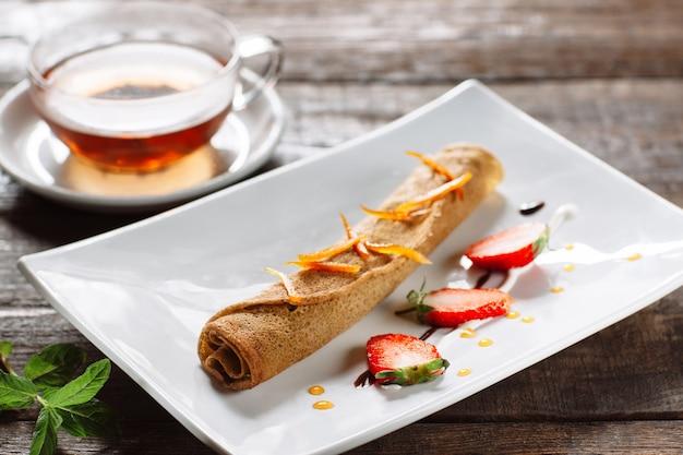차 한잔과 함께 달콤한 팬케이크 디저트