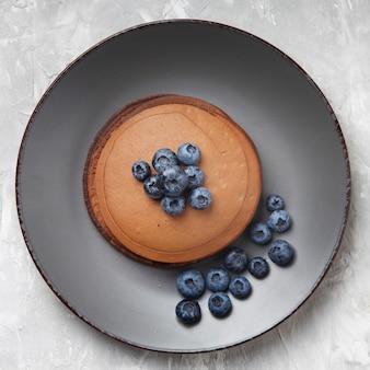 접시에 블루 베리와 달콤한 팬케이크