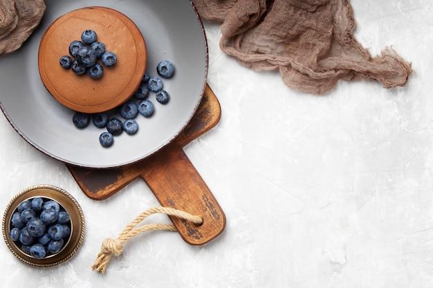 복사 공간 블루 베리와 달콤한 팬케이크