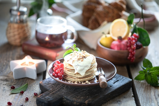 スグリの実とソースの甘いパンケーキ