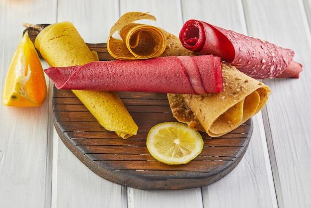 감귤류 과일과 레몬 차를 곁들인 순수한 과일의 달콤한 향. 건강한 과자-