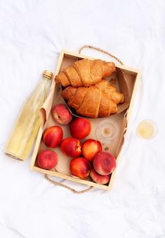甘いペストリー、飲み物、果物。夏の良い一日。