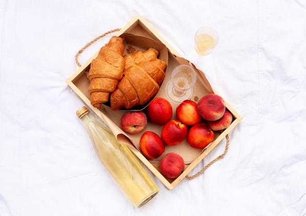 Сладкая выпечка, напитки и фрукты. хороший летний день.