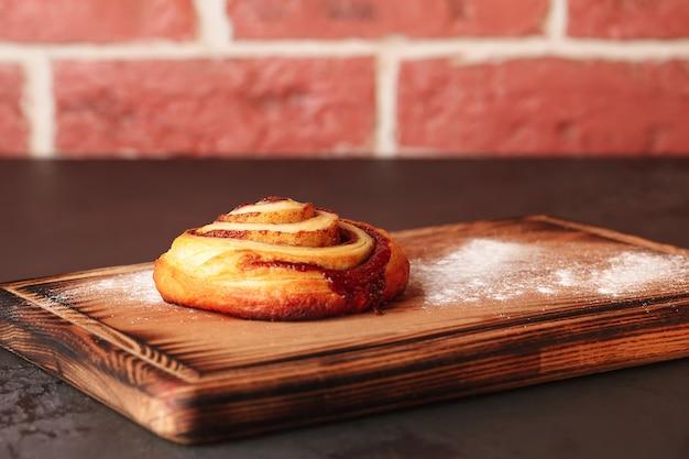 차와 커피를위한 달콤한 파이. 뿌리와 빵 롤.