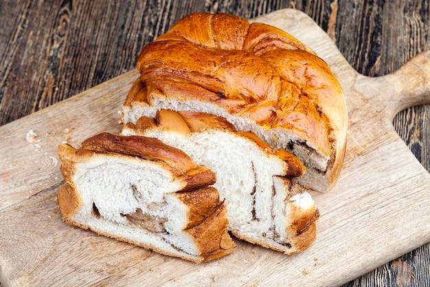 シナモンスパイスの甘いペストリー、シナモンパウダーを詰めたパン
