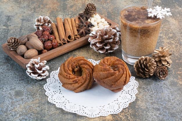 솔방울과 커피 한잔으로 달콤한 파이. 고품질 사진