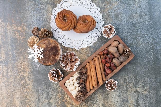Pasticcini dolci con pigne nelle quali e tazza di caffè. foto di alta qualità