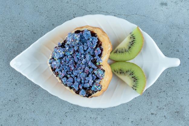 Pasta dolce a forma di cuore con fettine di kiwi.