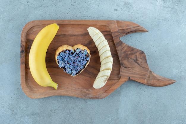 바나나 모양의 심장에 달콤한 과자.
