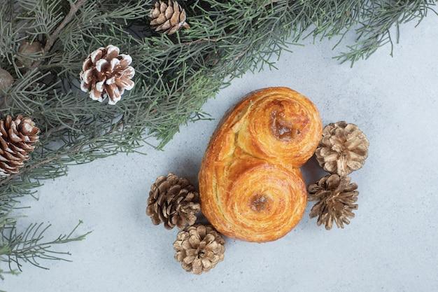 Pasta dolce con pigne e albero di natale