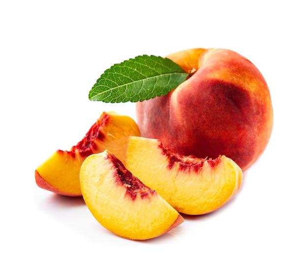 Сладкие плоды персика с пятном с листьями на белом фоне.