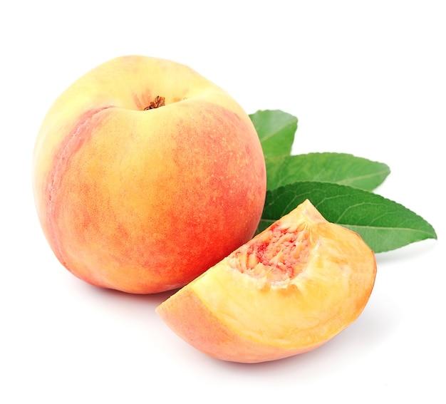 Сладкие плоды персика