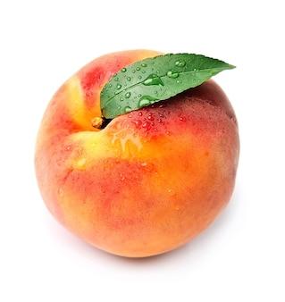 Сладкий персик с каплями воды, изолированные на белом фоне