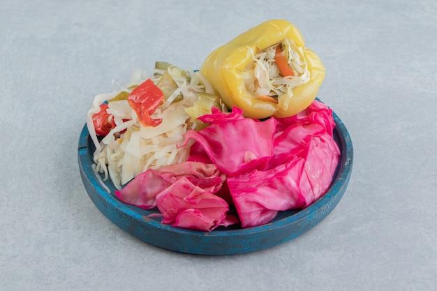 Peperone dolce, crauti verdi e rossi tritati in una ciotola