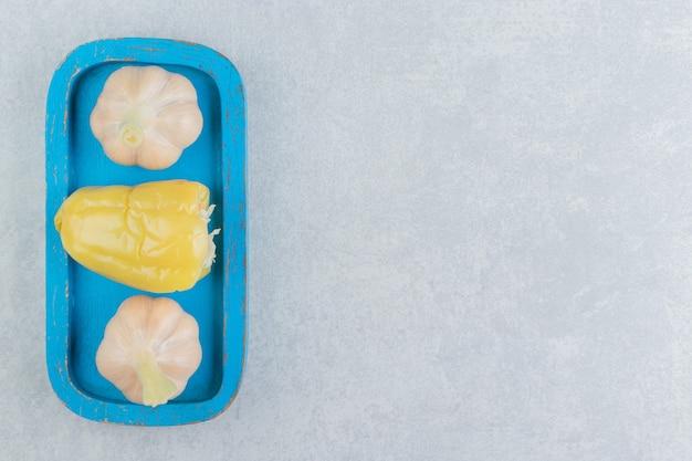 Peperone dolce e aglio fresco sul tagliere