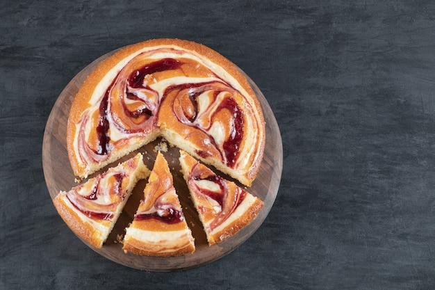 나무 판자에 분리된 달콤한 파이 조각.
