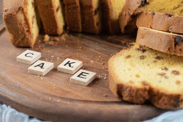 Fette di torta dolce isolate su una tavola di legno.