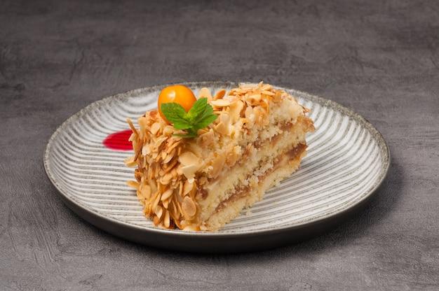 Сладкий кусок торта с орехами и сгущенкой