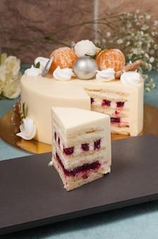 さくらんぼとホワイトチョコレートの甘いミルクケーキ
