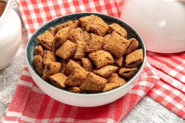 Biscotti di cuscino dolce su bianco