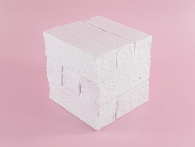 Сладкий розовый зефир прямоугольной формы - концепция монохромного кубика рубика.