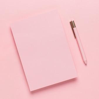 モックアップ用の甘いピンクの紙