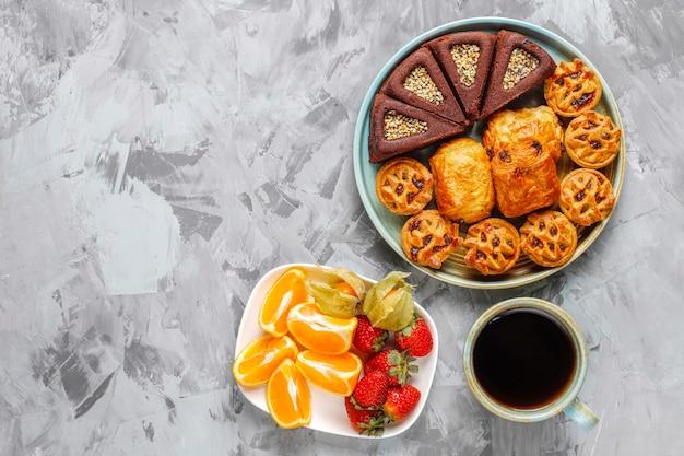 Сладкая тарелка с различными сладостями.
