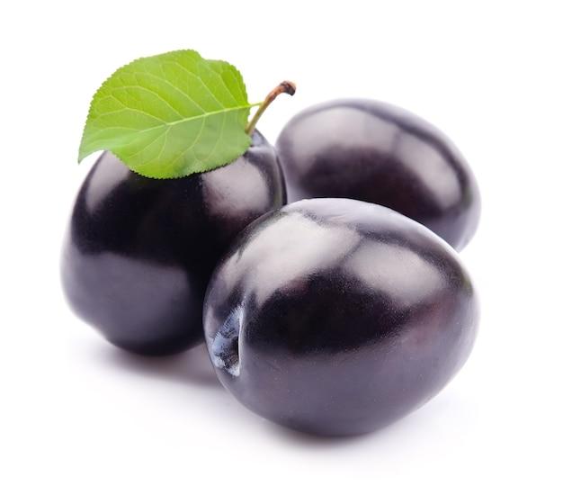 Сладкие плоды сливы изолированные