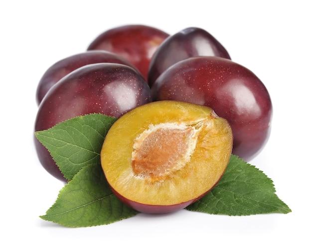 Сладкие плоды сливы на белом фоне