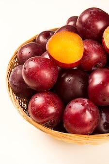 Сладкие сливы, изолированные на белой поверхности. свежие фрукты.