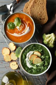 Сладкий картофель и брокколи крем супы на деревянном, вид сверху