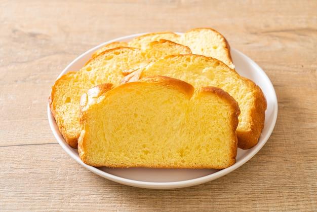 朝食にコーヒーとサツマイモのパン