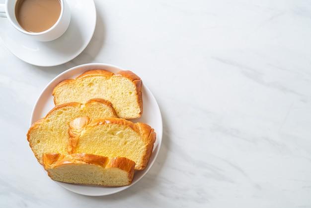 아침에 커피와 고구마 빵