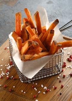나무 판자에 고구마 칩 감자 튀김