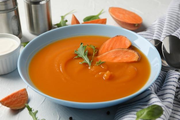 Сладкий картофельный суп на белом, крупный план