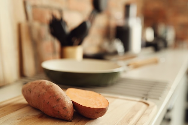 キッチンでサツマイモ