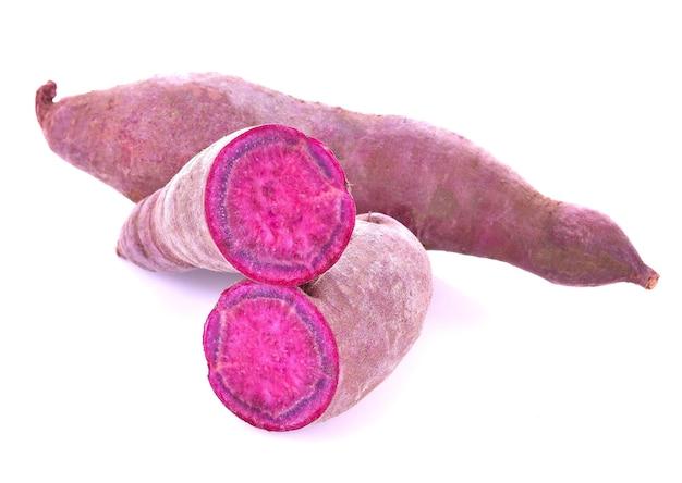 Сладкий картофель изолированные крупным планом